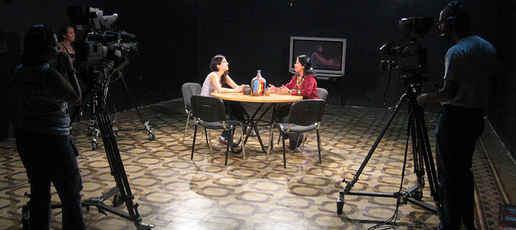 1<p>Dr. Schiller talks with a community television producer in Caracas, Venezuela.</p>