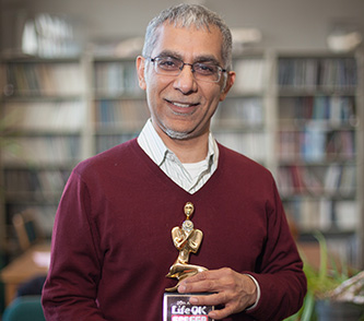 <p> Mohan Sikka with his Screen Award for his short story, <em>The Railway Aunty</em>.</p>